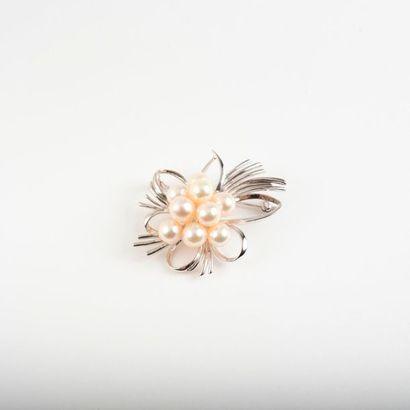 Broche fleur en métal argenté centrée d'un...