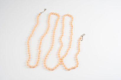 Sautoir composé de perles blanc-rosé de fantaisie....
