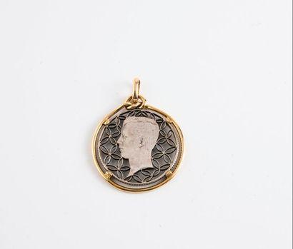 Pendentif en or jaune (750) centré d'un médaillon...