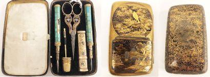 Etui en métal à décor laqué or et argent...