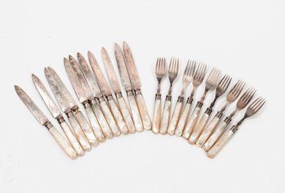 Neuf fourchettes et onze couteaux à desserts...