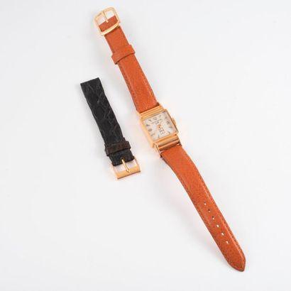 LIP  Montre bracelet de dame  Boîtier carré en or jaune (750)  Cadran à fond blanc...