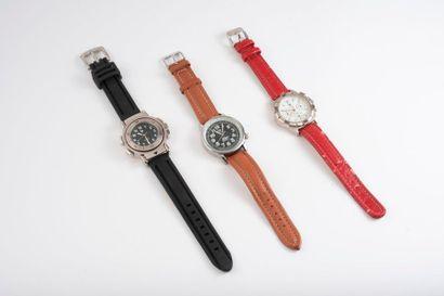 LIP  Trois montres bracelet d'homme, mouvements à quartz :  - une à boîtier rond...