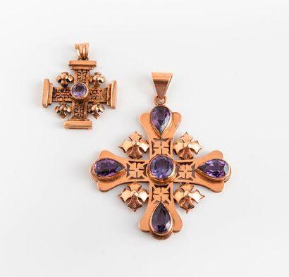 Deux pendentifs en croix grecques, dont une...