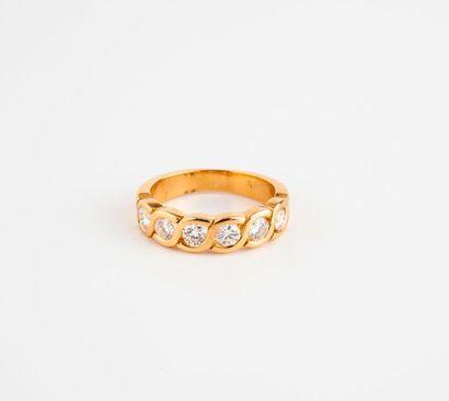 Bague en or jaune (750) ornée de six diamants...