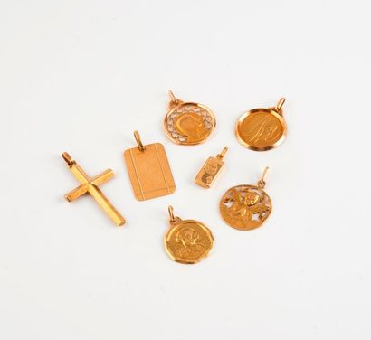 Lot de pendentifs en or jaune (750) comprenant...