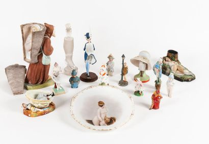 Important lot de sujets ou groupes en céramique,...