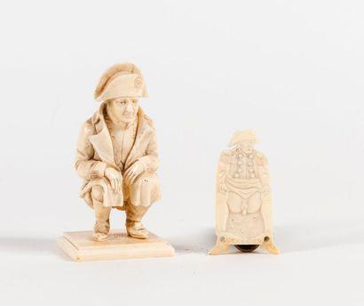 * Napoléon accroupi. Sujet en ivoire sculpté....