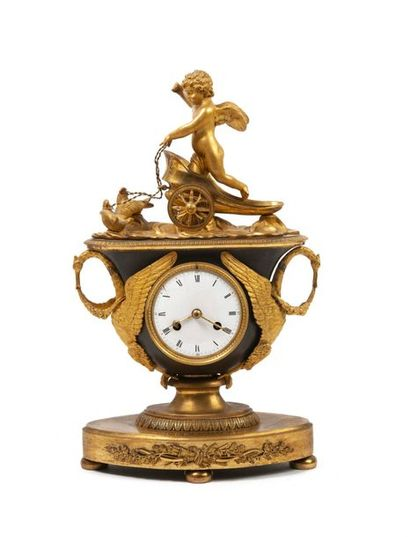 Pendule au char de l'Amour en bronze ciselé,...