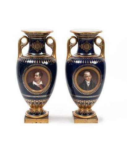 Paire de vases en forme d'amphore sur piédouche...