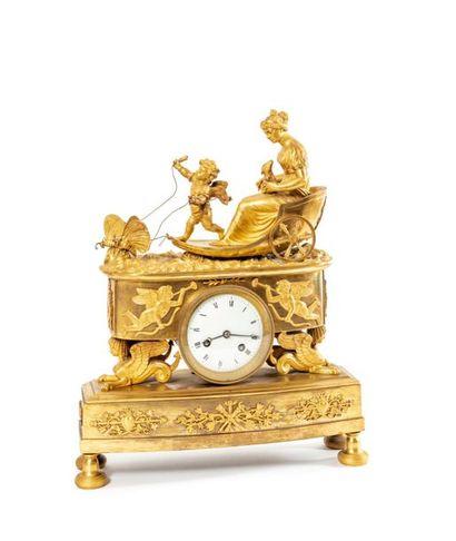 Pendule en bronze doré sommée du char de...