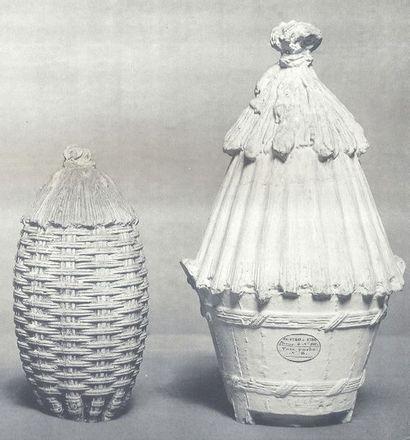 SÈVRES Vase couvert en porcelaine tendre nommé vase ruche formé d'une ruche oblongue...
