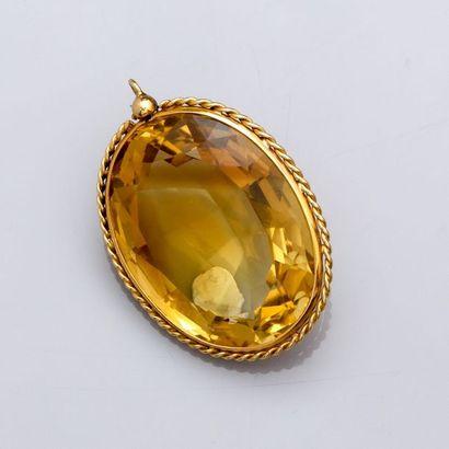 Pendentif en or jaune 750°/00 (18K), serti d'une importante citrine ovale à facettes,...