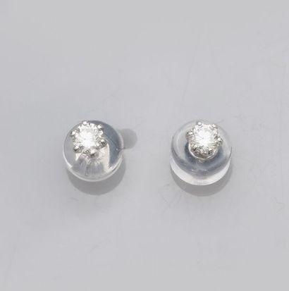 Paire de puces en or gris 750°/00 (18K), chacune est sertie d'un petit diamant...