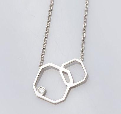 Collier en or gris 750°/00 (18K), maille forçat orné d'un motif géométrique serti...