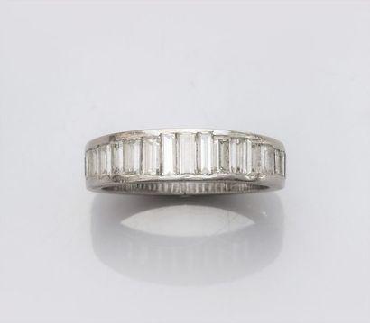 Demi alliance en platine , sertie de diamants baguettes sur le demi tour. Usure....