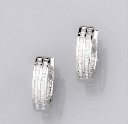 Paire de créoles rondes en or gris 750°/00 (18K) , serties de deux rangs de diamants...
