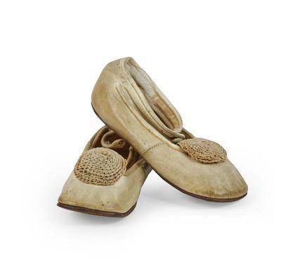Henry Weiss. Paire de chaussons en cuir blanc...