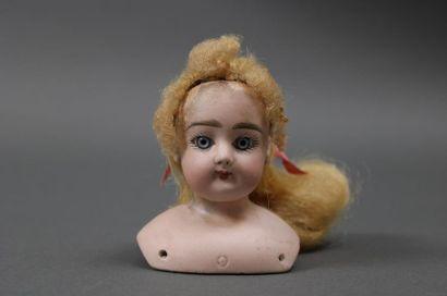 Tête fixe et buste de poupée de mode en biscuit marqué FG dans un cartouche, yeux...