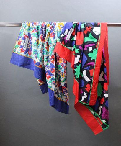 Yves SAINT LAURENT  Lot de paréos en coton...