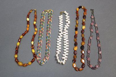 Lot de 5 colliers fantaisie dont un, strass...