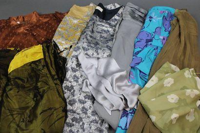 Lot de: 11 pièces dont 8 robes, 1 jupe et...