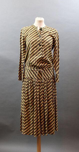 KENZO JAP, circa 1975  Robe à taille coulissée...