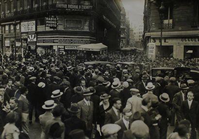 Photographe non identifié. Paris, foule dans...