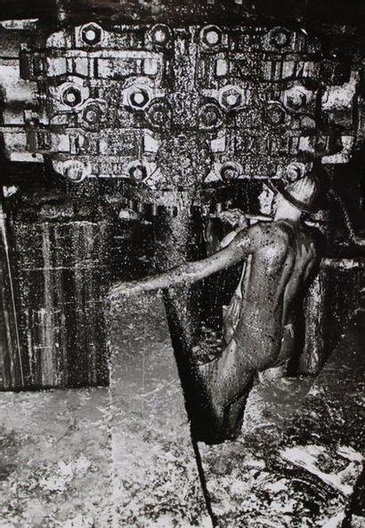 Photographe non identifié. Exploitation pétrolière,...