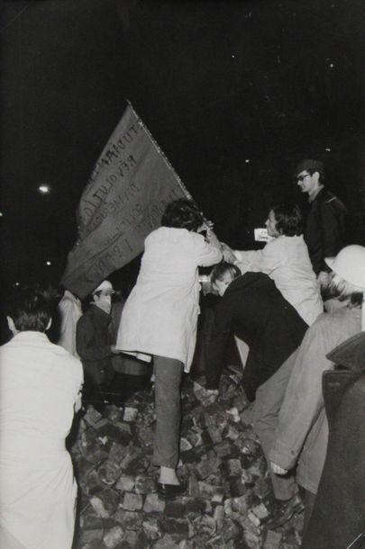 MAI 68. Ensemble de six tirages argentique de presse d'époque. Sujets : Photographe...