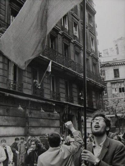 MAI 68. Ensemble de six tirages argentique de presse d'époque. Sujets : barricades,...
