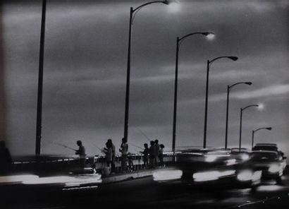 Photographe non identifié. Pont et route...