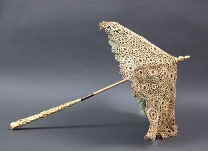 Ombrelle, fin XIXème, manche en ivoire sculpté...