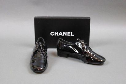 CHANEL  Paire de souliers type Derbyen cuir...