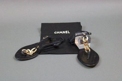 CHANEL  Paire de sandales à entre-doigts,...