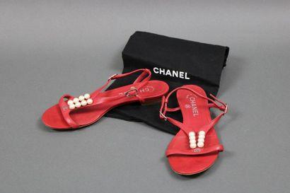 CHANEL  Paire de sandales en cuir rouge,...