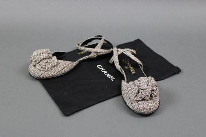CHANEL  Paire de sandales plates fermées...