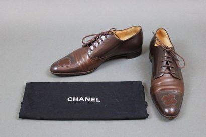 CHANEL  Paire de souliers type Derby en cuir...