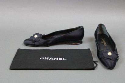 CHANEL  Paire de souliers marine à petits...