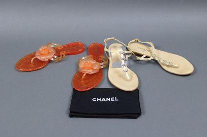 CHANEL  Deux paires de sandales à entre-doigts,...