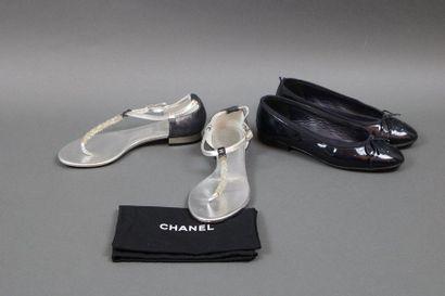 CHANEL  Deux paires de souliers dont un paire...