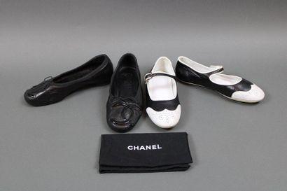 CHANEL  Deux paires de souliers, une paire...