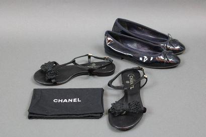 CHANEL  Deux paires de souliers dont une...