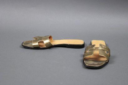 HERMES  Paire de mules «Oran» en cuir doré,...