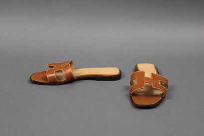 HERMES  Paire de mules «Oran» en cuir naturel...