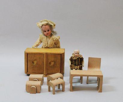 Petite armoire de poupée en bois contenant...