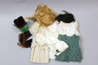 Lot de robes et sous vêtements de poupées,...