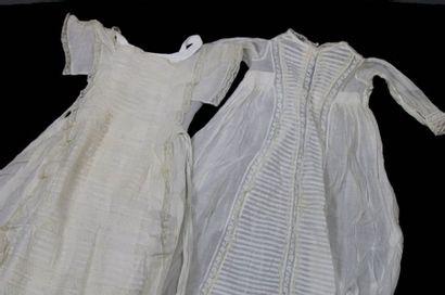 Deux robes de baptême en linon brodé et incrustations...