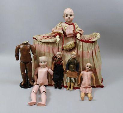 Lotde 5 pièces : Une poupée, tête en porcelaine...