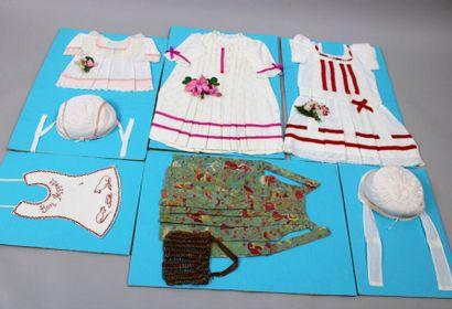 Lot de 10 robes ou chemises de poupées, tabliers...